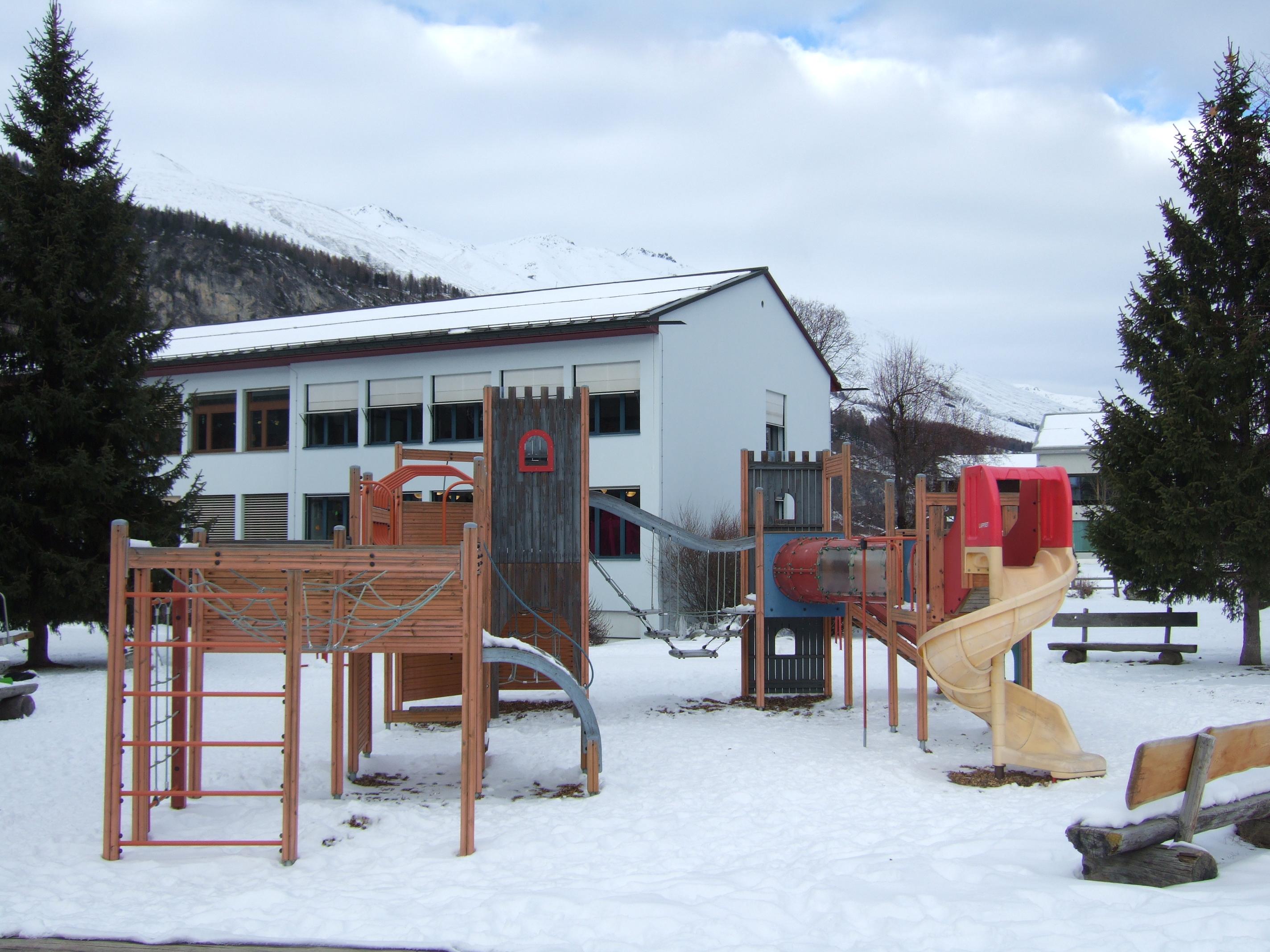 Kinderspielplatz Schulhaus Slide 1