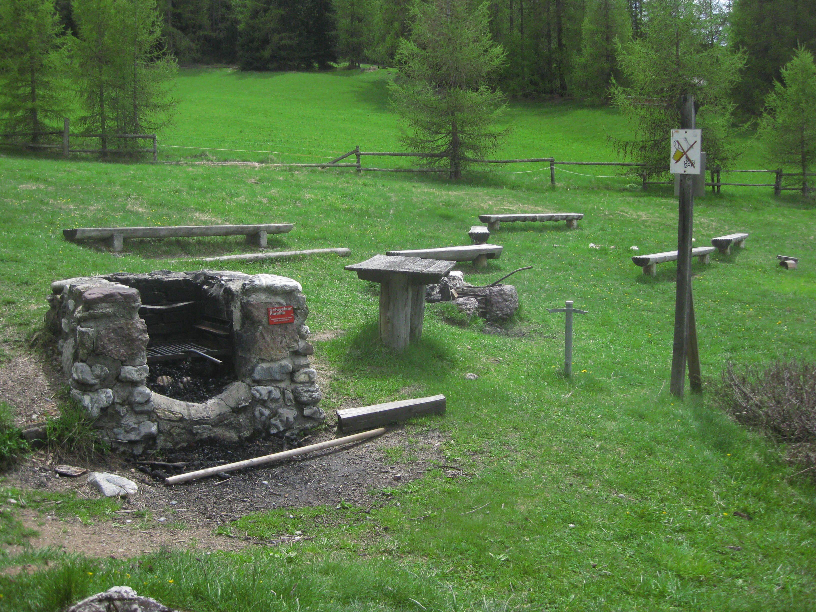 Feuerstelle der Schweizer Familie Prasüras Slide 1