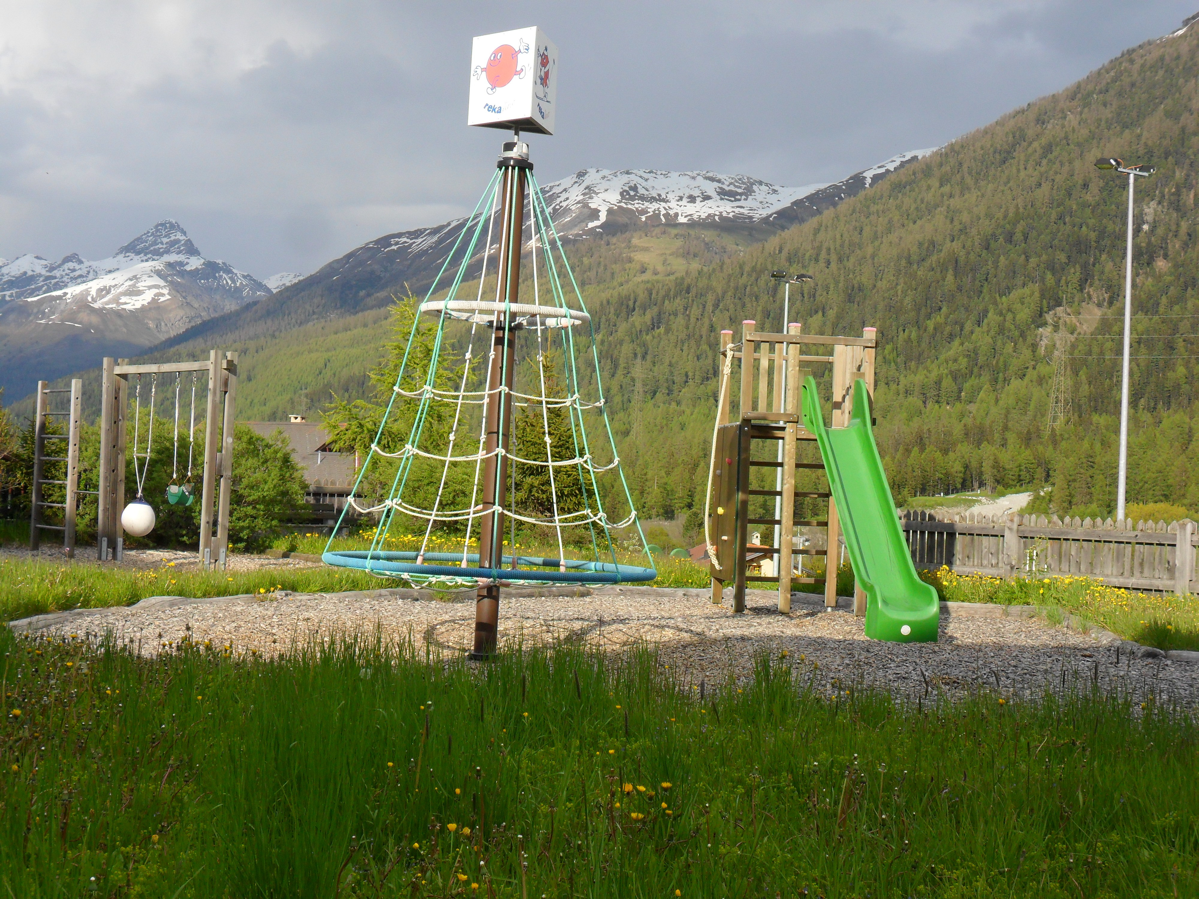 Kinderspielplatz beim Reka Haus Slide 1