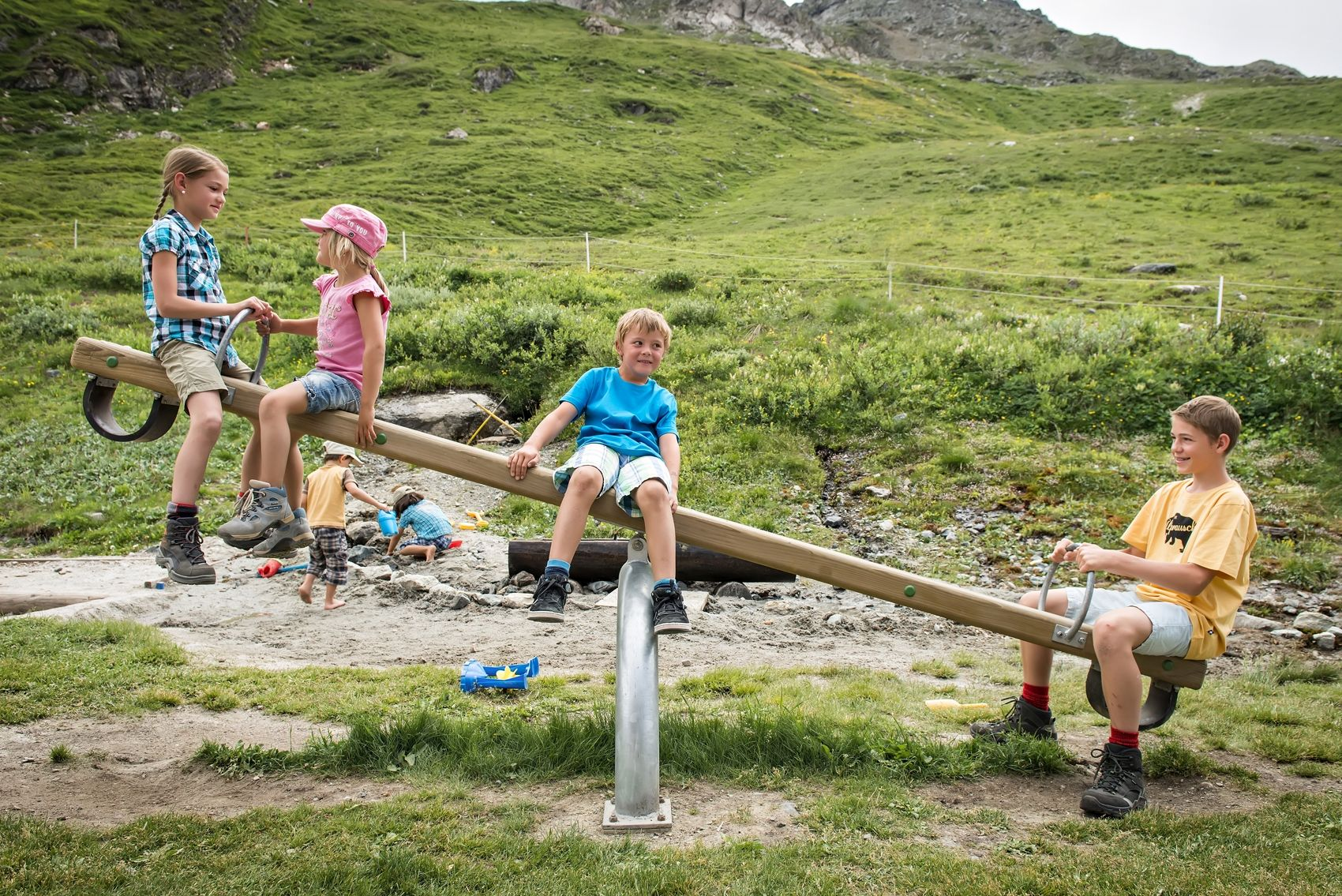Kinderspielplatz und Mini-Streichelzoo bei der Bergstation Furtschellas Slide 2