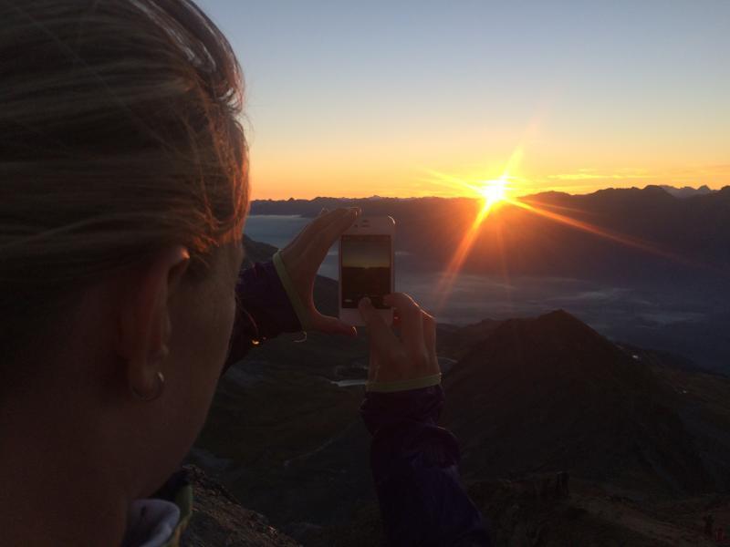 Die ersten Sonnenstrahlen des Tages auf 3057 Metern Slide 1
