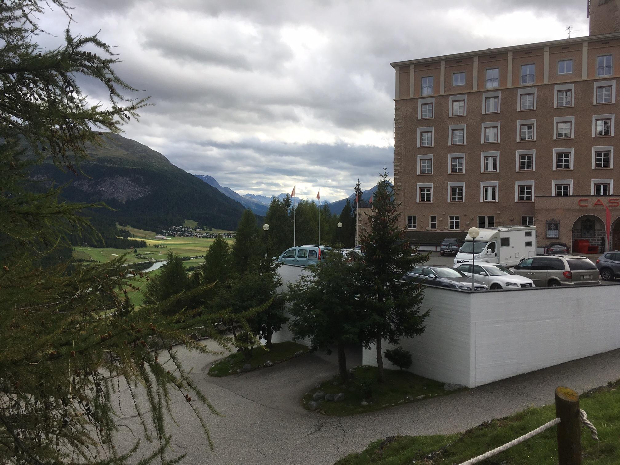 Sitzbank beim Hotel Castell Slide 2