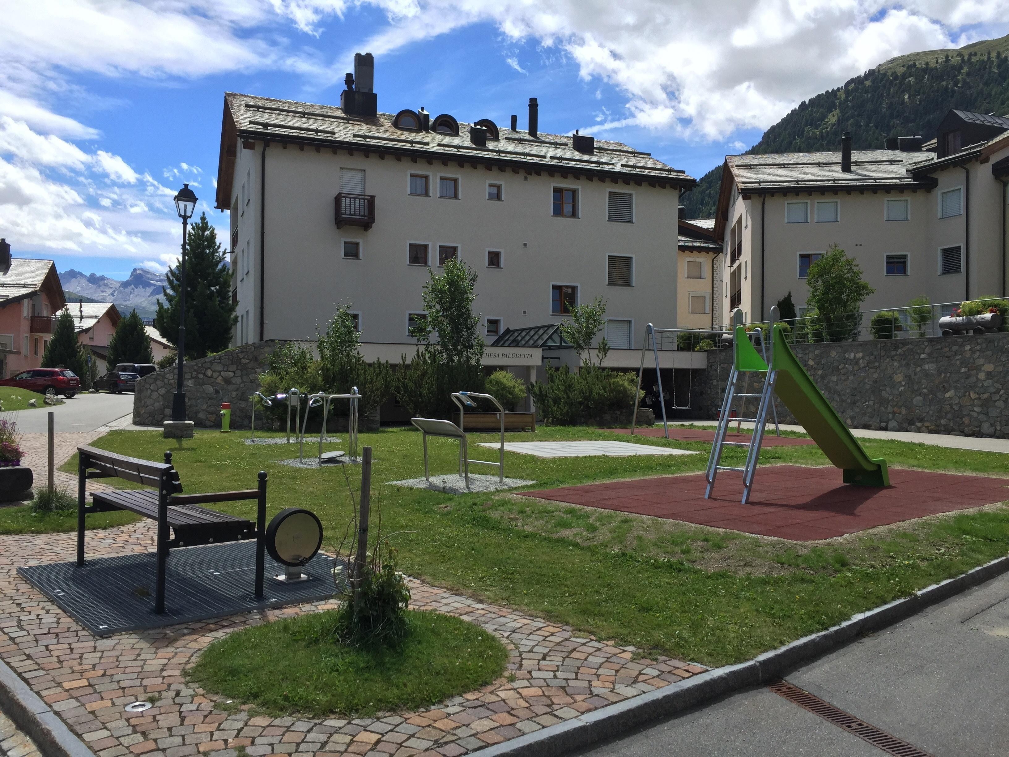 Alters- & Kinderspielplatz Via Munterots Slide 1
