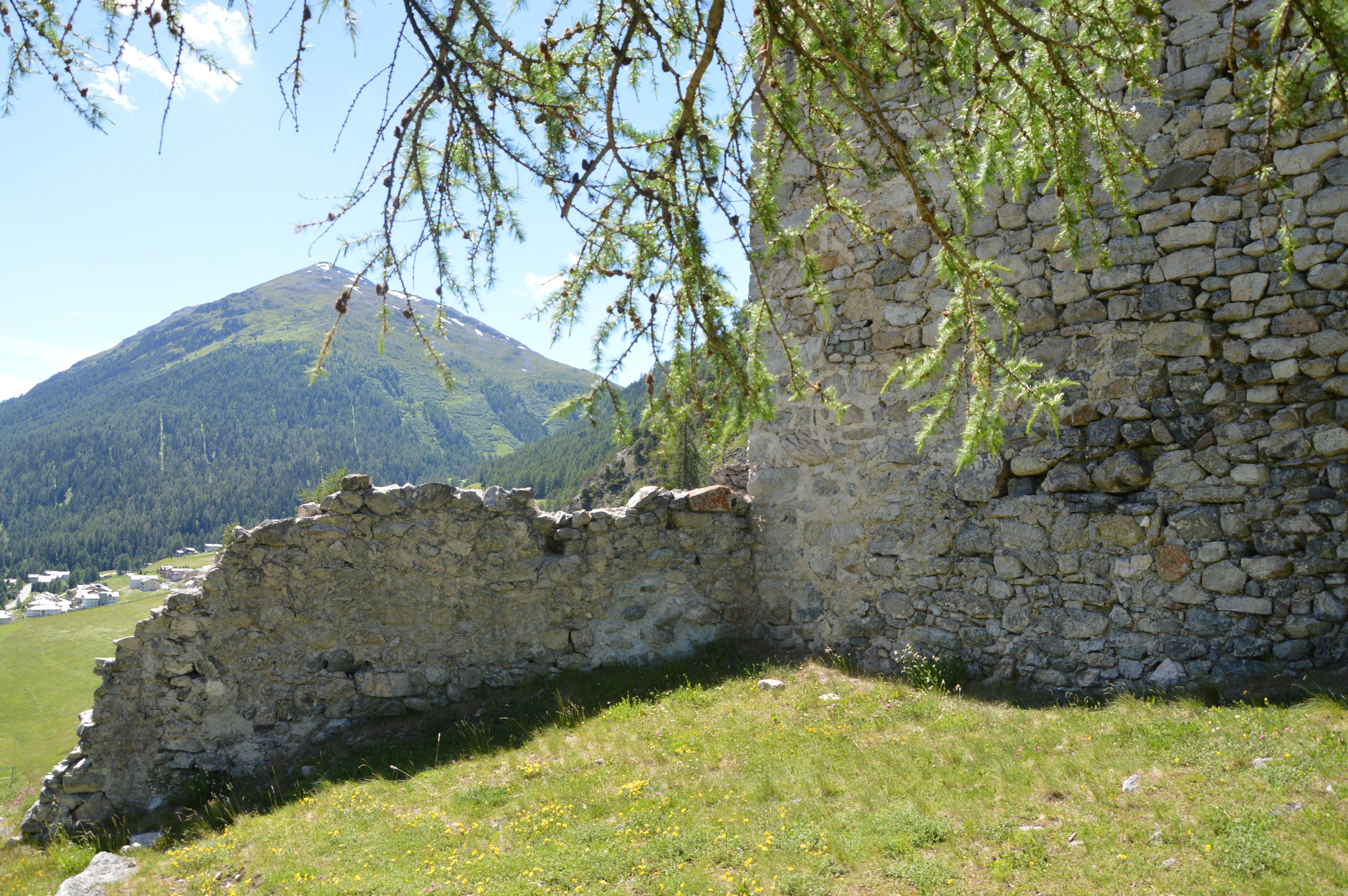 Ruine Guardaval Slide 3