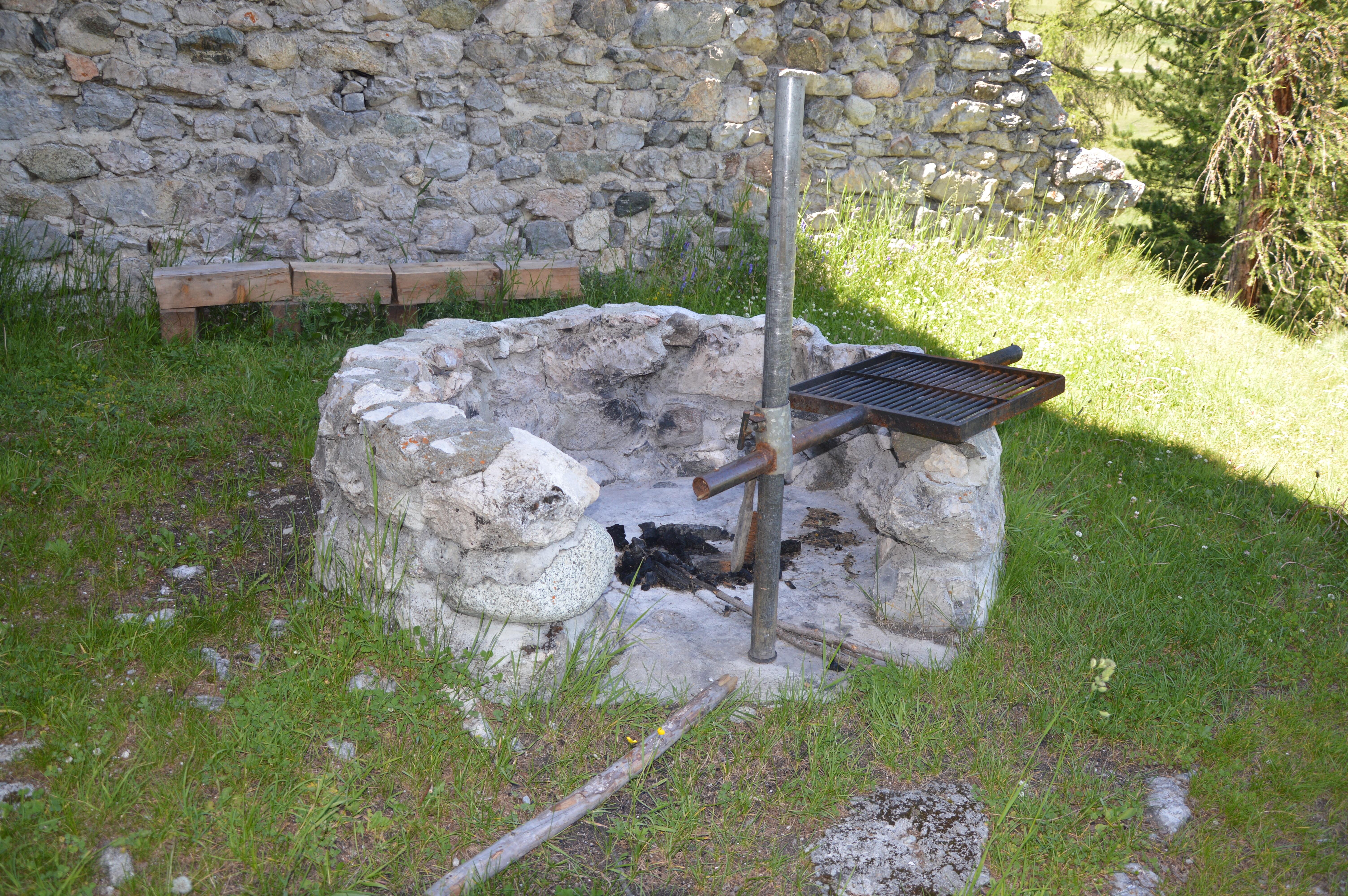 Feuerstelle bei der Ruine Guardaval Slide 1