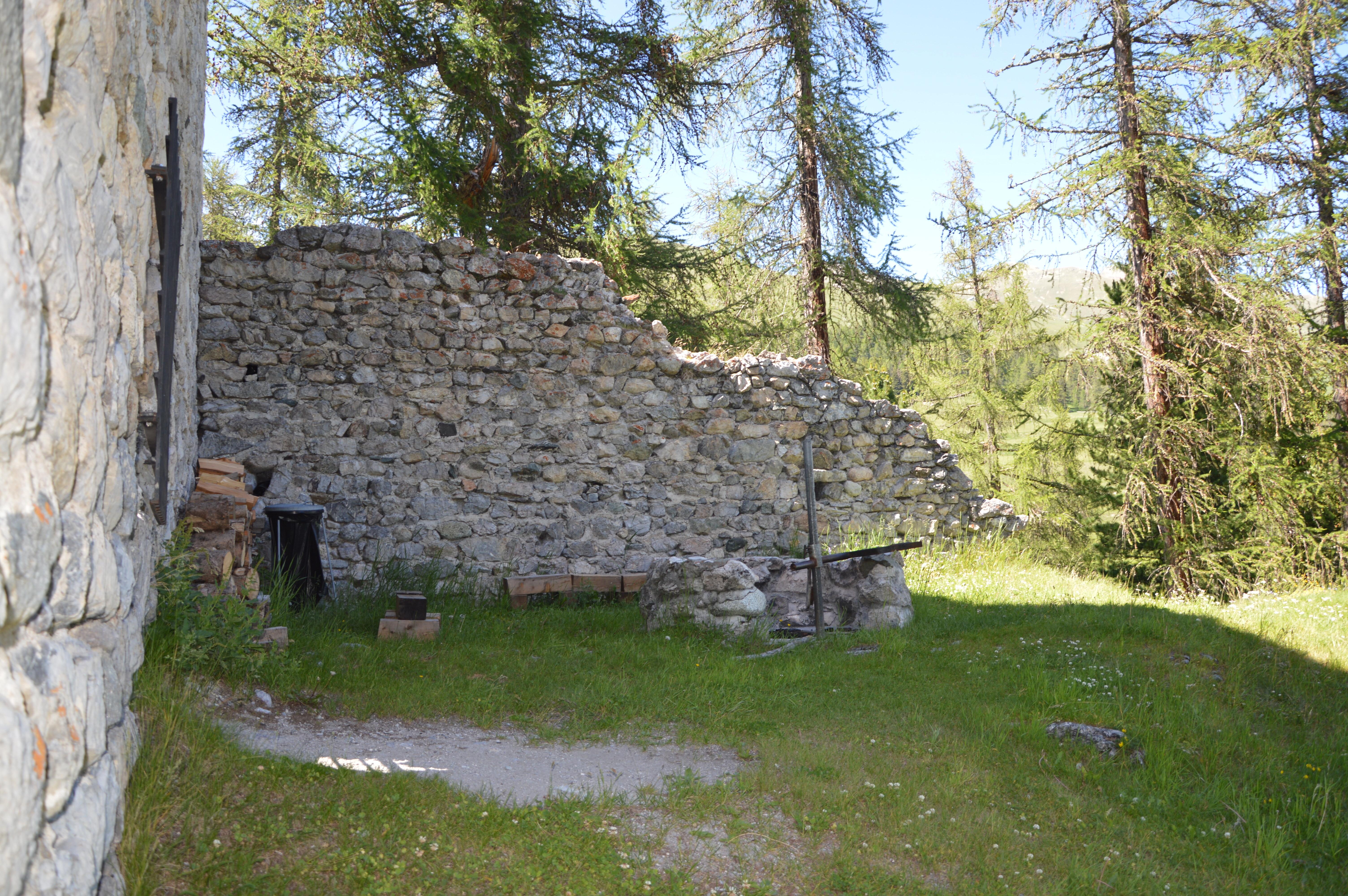 Feuerstelle bei der Ruine Guardaval Slide 2