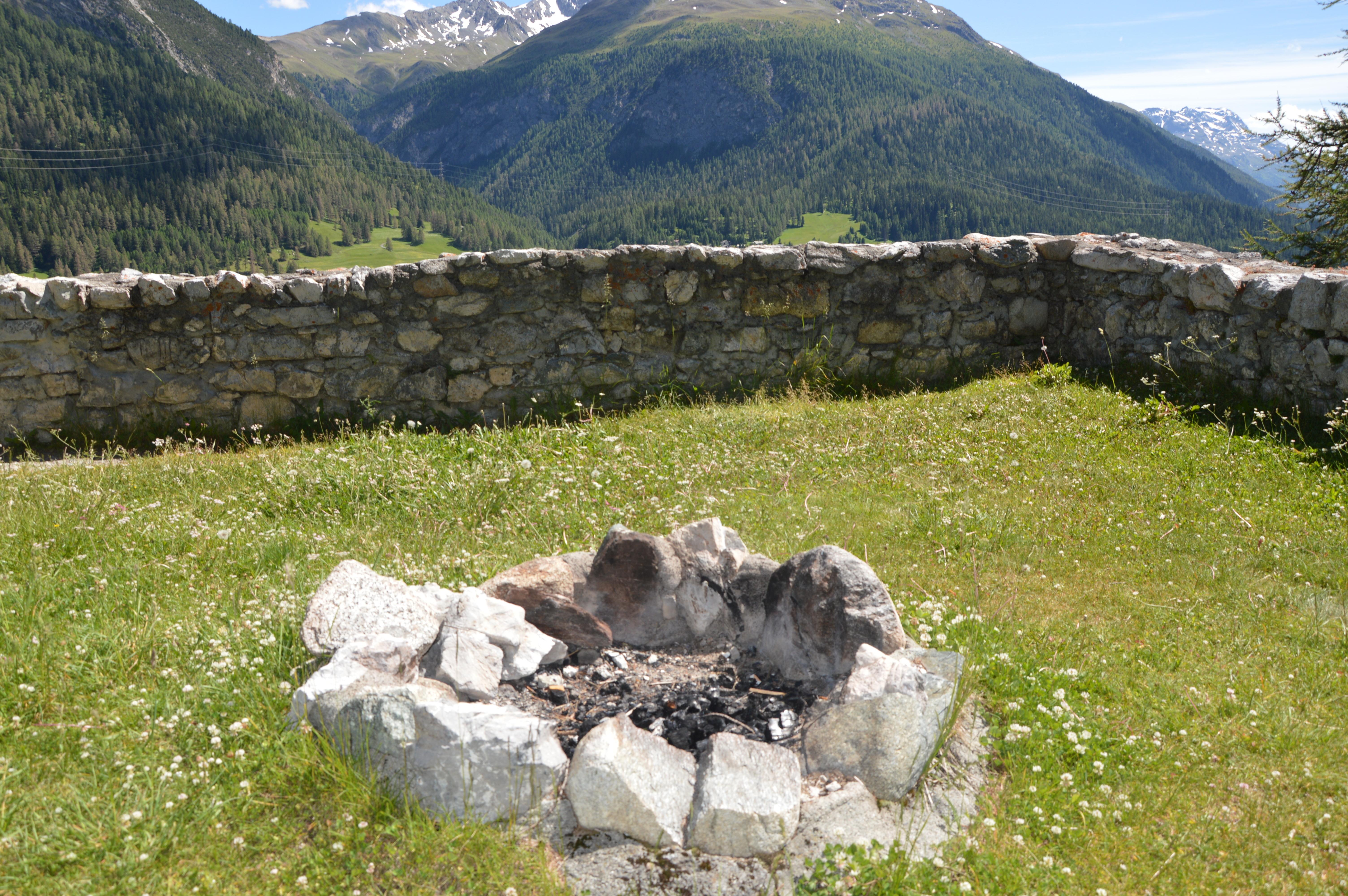 Feuerstelle bei der Ruine Guardaval Slide 5