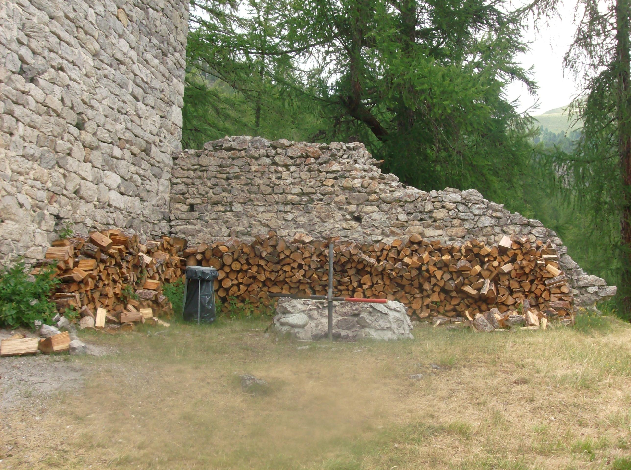 Feuerstelle bei der Ruine Guardaval Slide 6