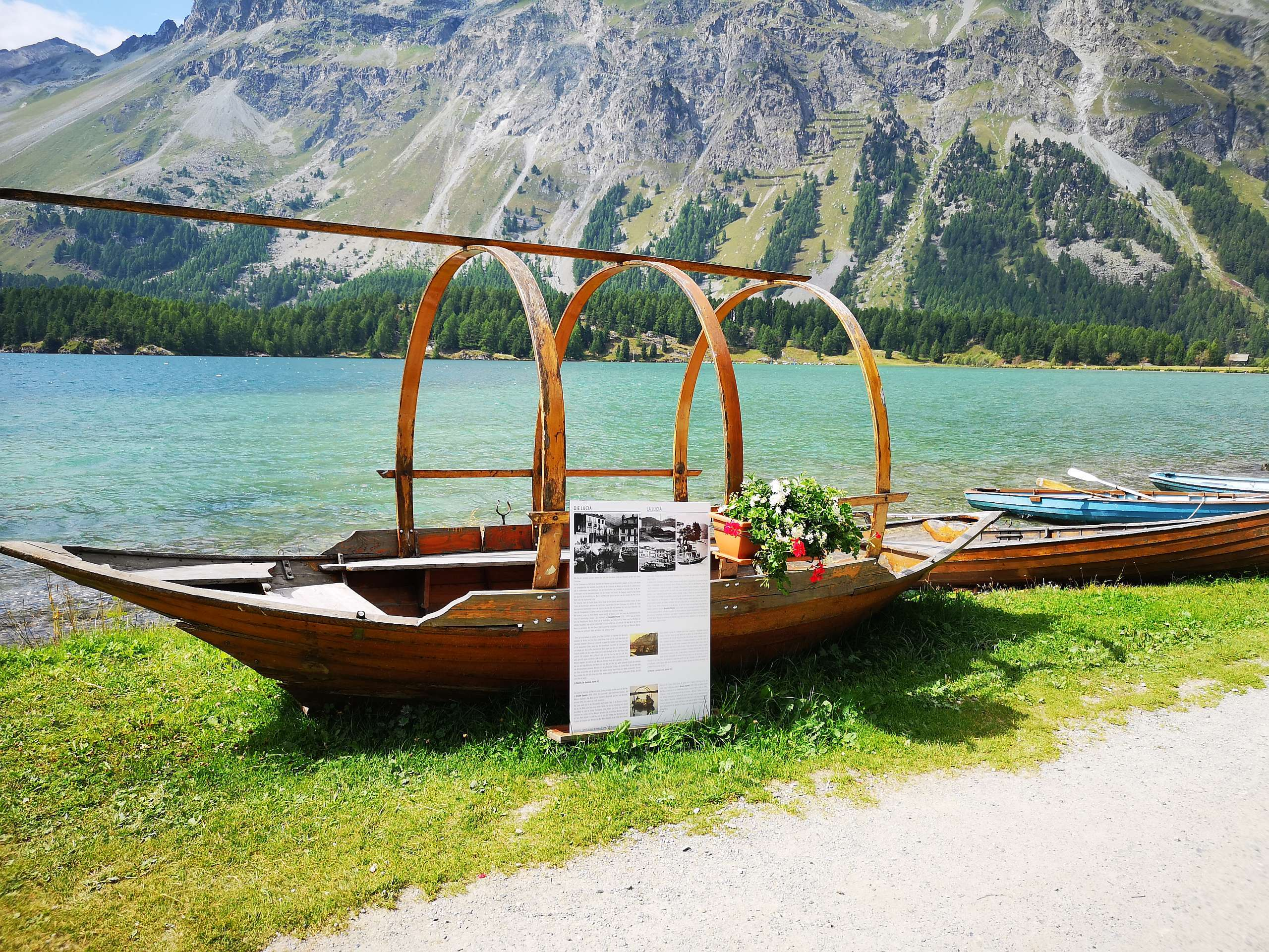 """Sitzbänkli """"che bels mumaints"""", beim Bootshaus am Silsersee Slide 3"""