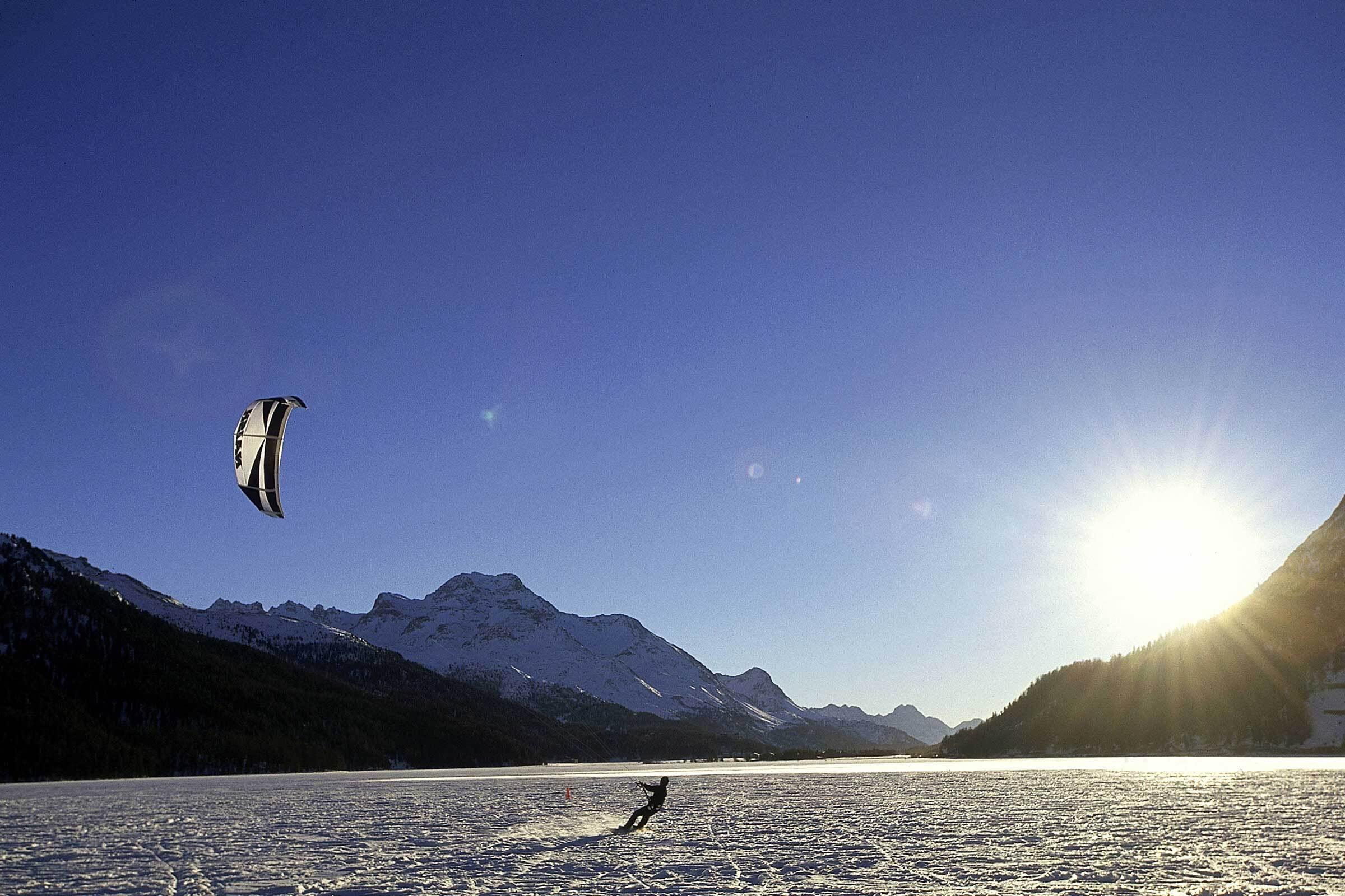 Snowkiten auf dem gefrorenen Silvaplanasee