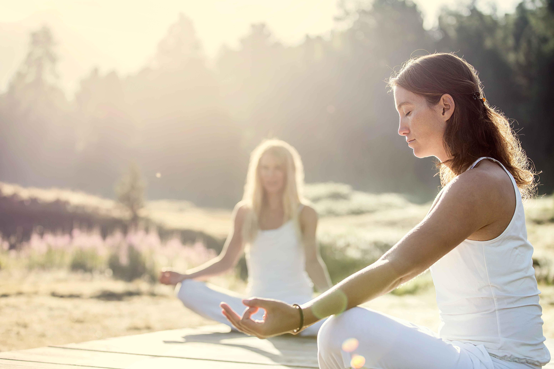 Yoga in den frühen Morgenstunden am Lej da Staz