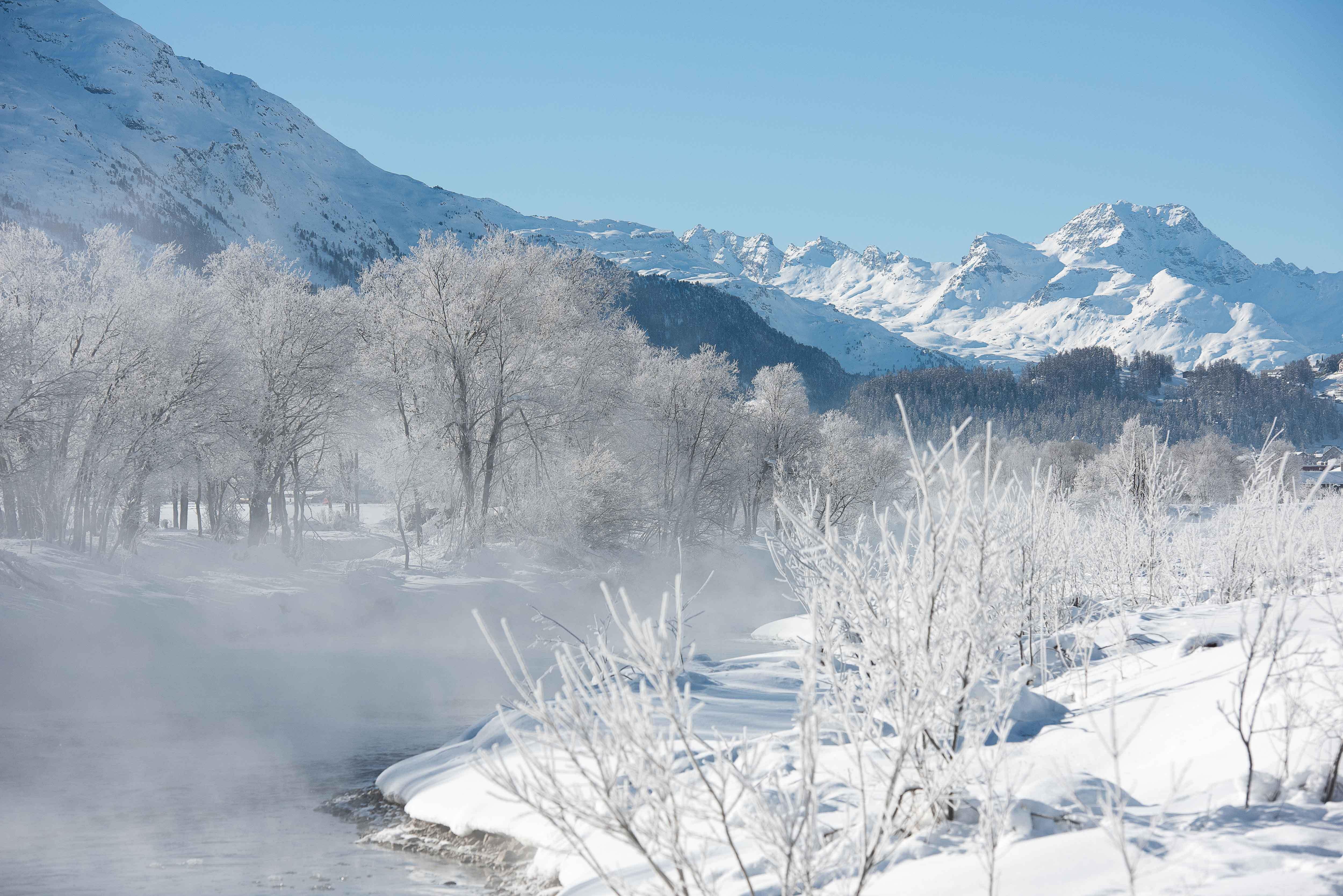 Winterliche Stimmung entlang des Inn bei Celerina, mit Blick auf den Piz Kesch (3418 m).