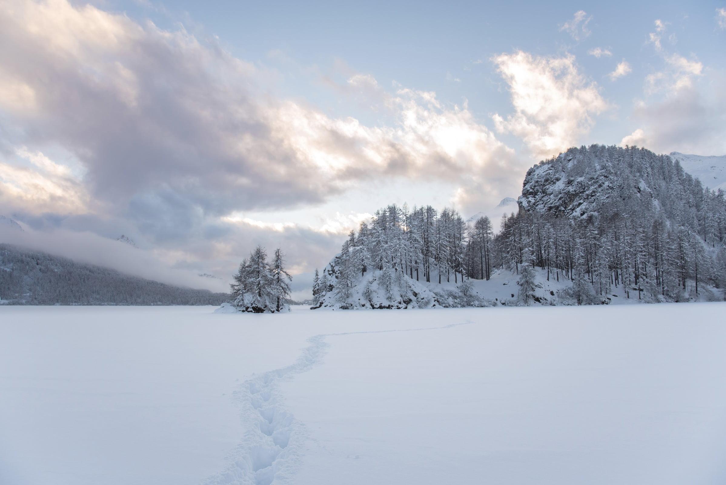 Winterwandern auf dem gefrorenen Silsersee.